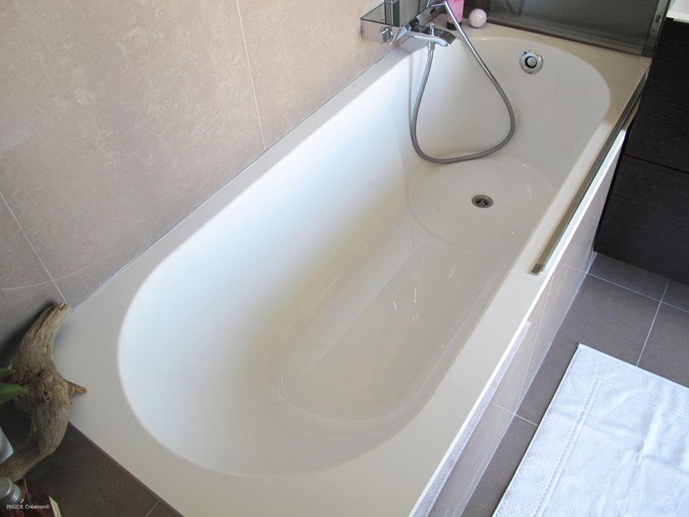 Salle de bain baignoire en quaryl inside cr ation nice for Baignoire de salle de bain
