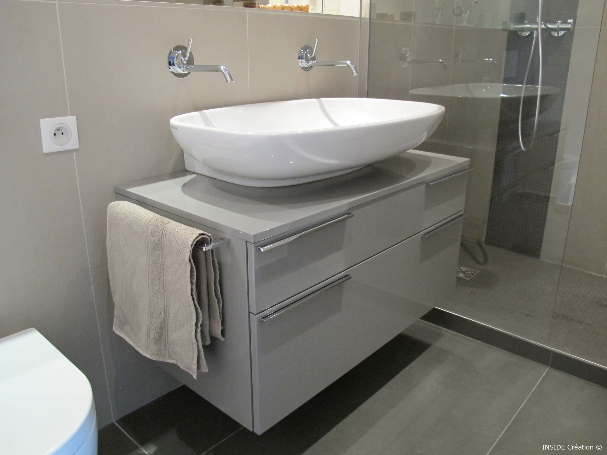 Carrelage grand format salle de bain inside cr ation for Meuble salle de bain ovale